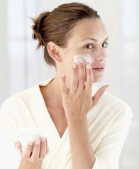 woman-applying-moistursier